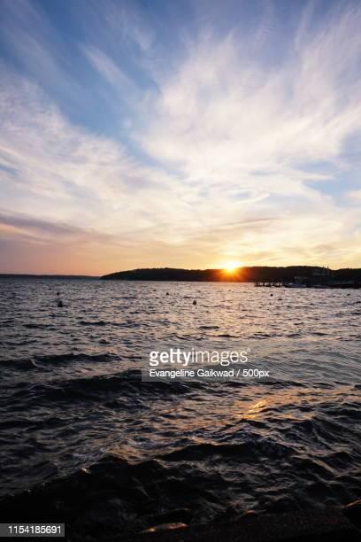 sunset at lake geneva - meer van genève stockfoto's en -beelden