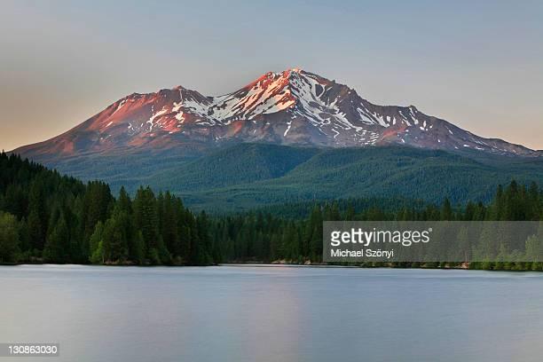 sunset at lake siskiyou, mount shasta, california, usa - siskiyou stock pictures, royalty-free photos & images