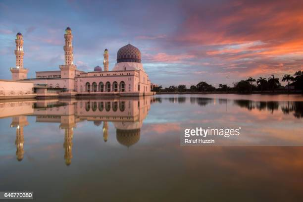 sunset at likas mosque with reflections, located in kota kinabalu sabah, malaysia - eid mubarak photos et images de collection