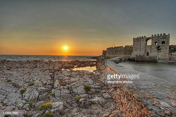 sunset at methoni castle - messenia fotografías e imágenes de stock