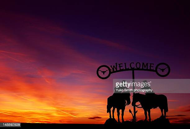sunset at ranch - oklahoma welcome sign stock pictures, royalty-free photos & images