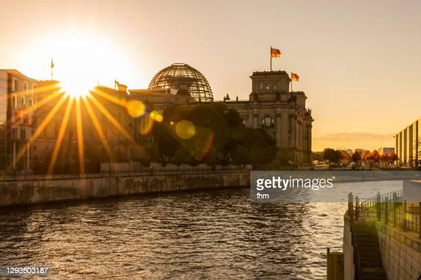 sunset at reichstag building (german parliament building, deutscher bundestag) - berlin, germany - val evenemang bildbanksfoton och bilder