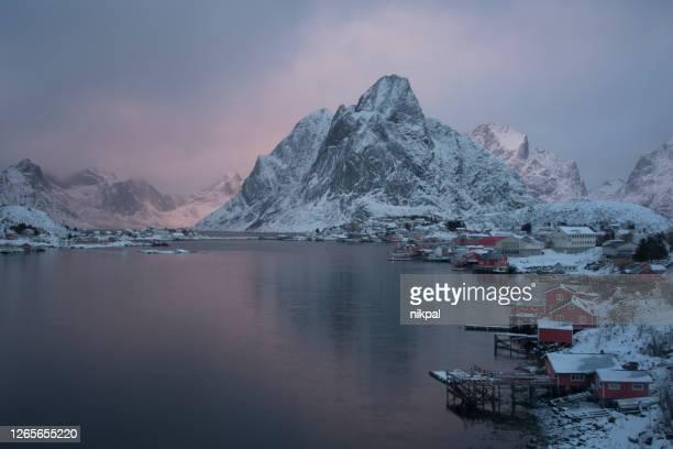atardecer en reine en las islas lofoten de invierno - noruega - países del golfo fotografías e imágenes de stock