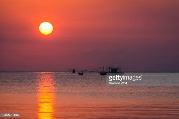 sunset at sea, longtail boat, fishing boat, ko pha-ngan, gulf of thailand, thailand - golf von thailand stock-fotos und bilder