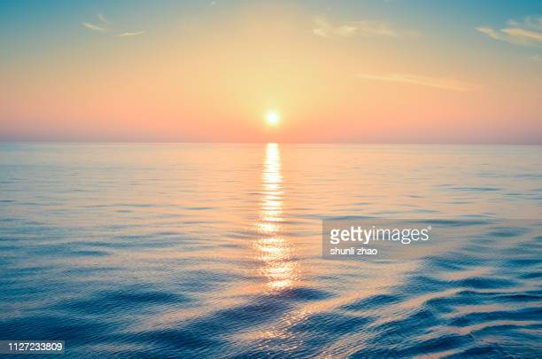 sunset at sea - ochtend stockfoto's en -beelden