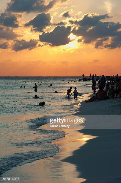 sunset at the beach, on the isla mujeres, mexico - mujeres fotos imagens e fotografias de stock