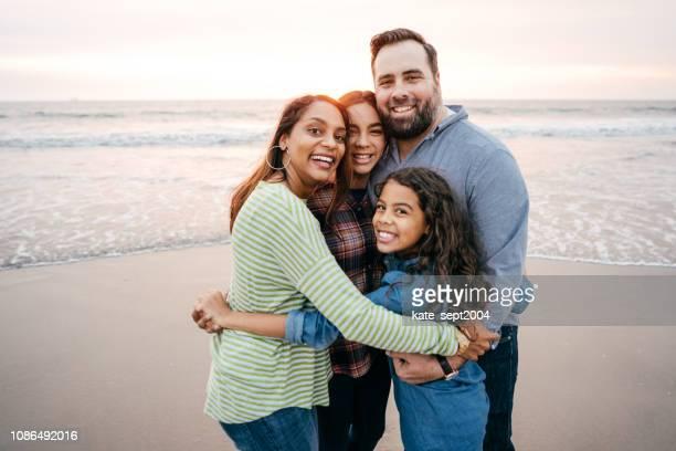 solnedgång på stranden med familjen - tvåbarnsfamilj bildbanksfoton och bilder