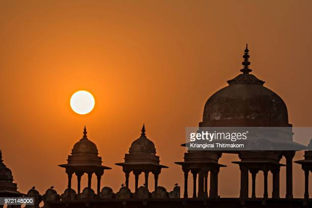 sunset at the jama masjid, agra, india - agra jama masjid mosque stockfoto's en -beelden