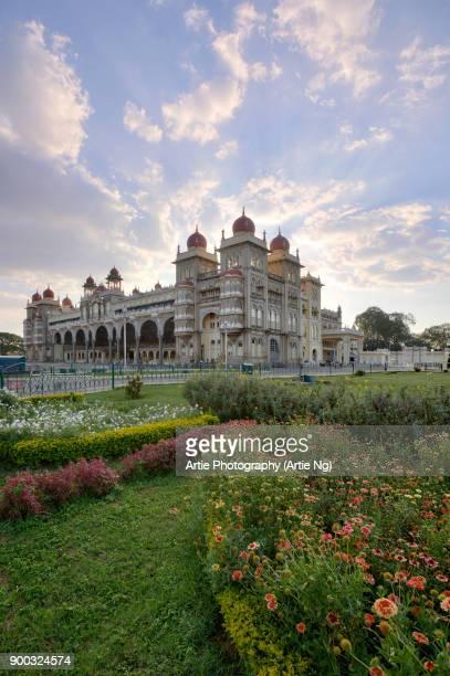 sunset at the mysore palace (ambavilas palace), mysore, karnataka, southern india - mysore - fotografias e filmes do acervo