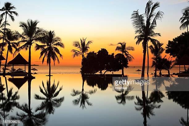 atardecer en la piscina - lombok fotografías e imágenes de stock