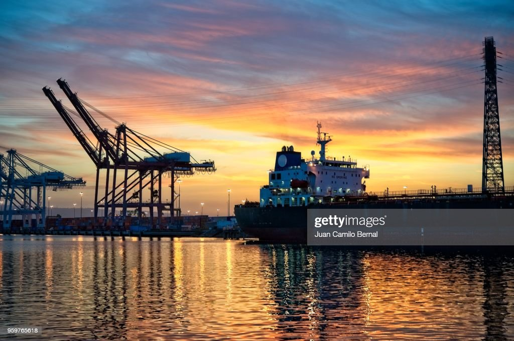 Sunset at the Port of Long Beach, with cargo cranes in the back. : Bildbanksbilder