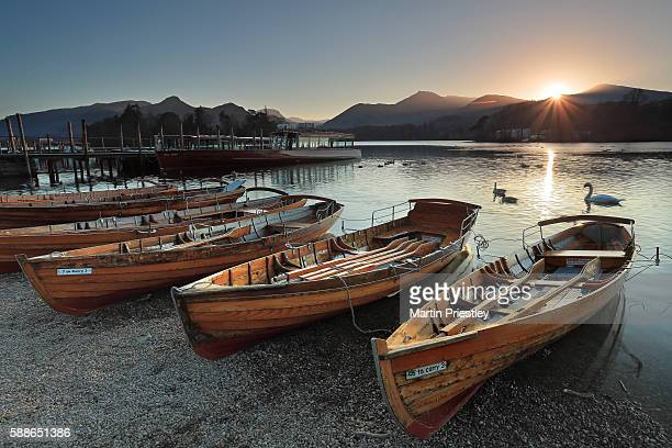 sunset at the rowing boats, derwent water, lake district - derwent water - fotografias e filmes do acervo