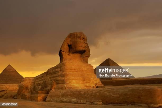 sunset at the sphinx and pyramid complex giza, egypt. - ägypten stock-fotos und bilder