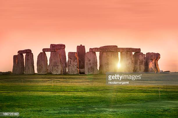 sunset at the stonehenge, united kingdom - zonnestraal stockfoto's en -beelden