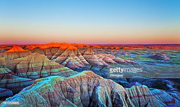 sonnenuntergang an der wand und badlands national park, south dakota. - naturwunder stock-fotos und bilder