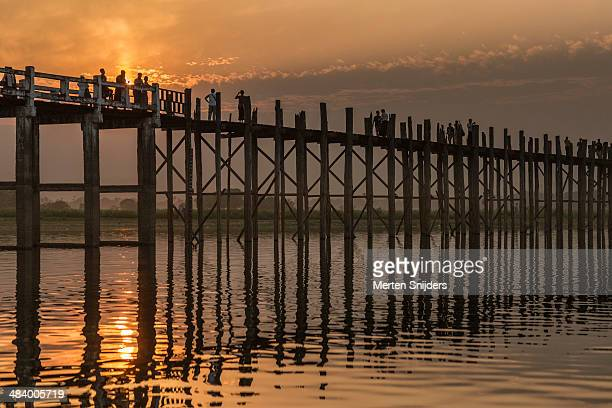 sunset at u bein bridge - merten snijders - fotografias e filmes do acervo
