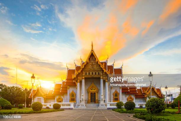 sunset at wat benchamabophit in bangkok,thailand. - wat benchamabophit stock photos and pictures