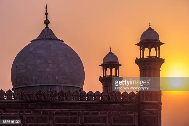 sunset @ badshahi mosque, lahore, punjab, pakistan - badshahi mosque stock pictures, royalty-free photos & images