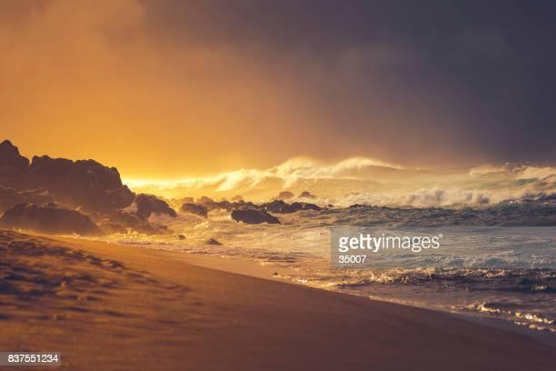 playa puesta de sol en la tormenta, isla de maui, Islas de hawaii