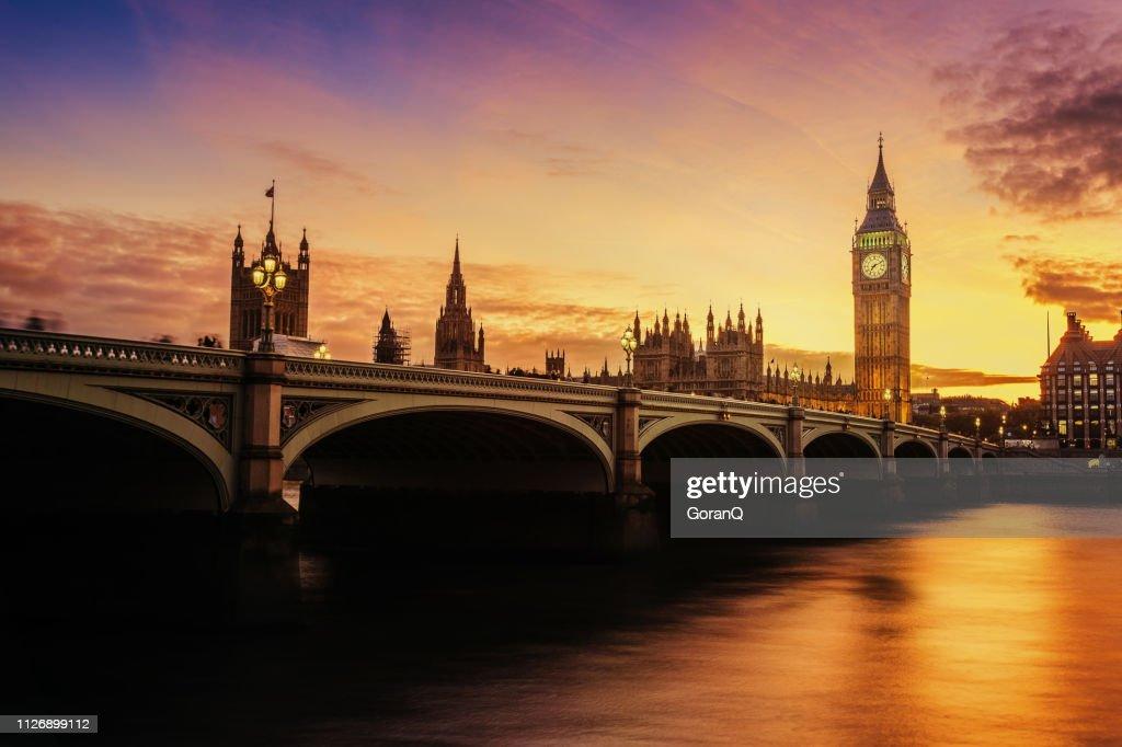 Zonsondergang balken over de klokkentoren van de Big Ben in Londen, Verenigd Koninkrijk. : Stockfoto