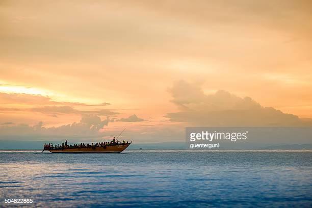 Tramonto dietro di rifugiato barca sul Lago Tanganyika