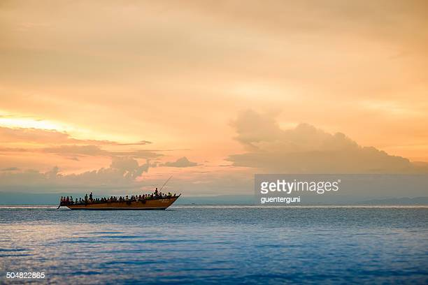 Sonnenuntergang hinter ein Flüchtling Boot auf dem Lake Tanganyika