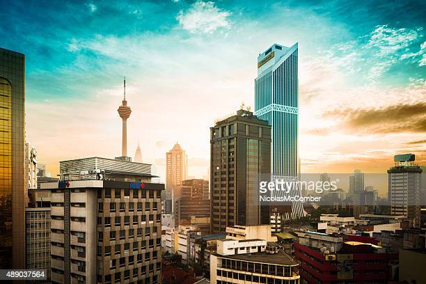 Puesta de sol detrás de los edificios de la ciudad de Kuala Lumpur