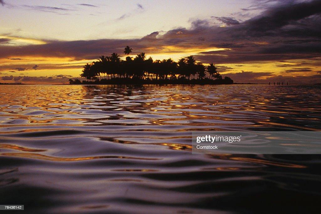 Sunset behind tropical island : Stockfoto