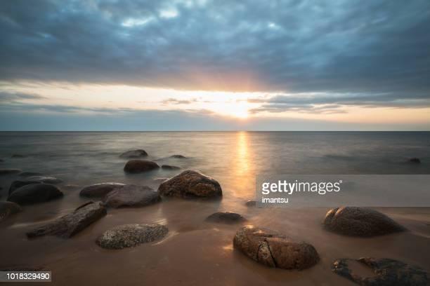 sonnenuntergang am meer - lettland stock-fotos und bilder