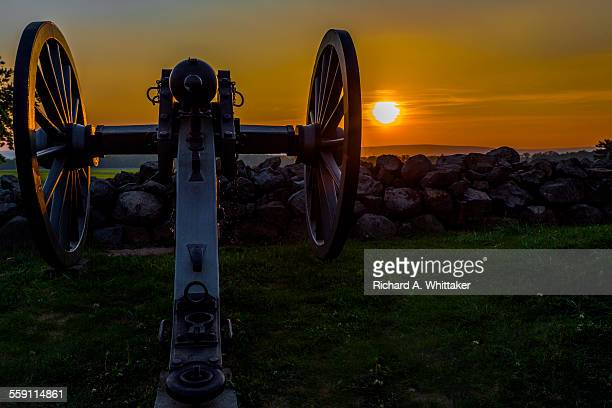 """sunset canon at """"the angle"""" gettysburg battlefield - gettysburg stock photos and pictures"""