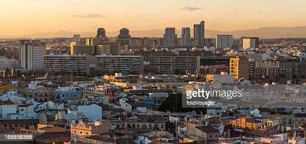 Sonnenuntergang Stadtansicht nur Hochhäuser und Häuser panorama von Valencia, Spanien