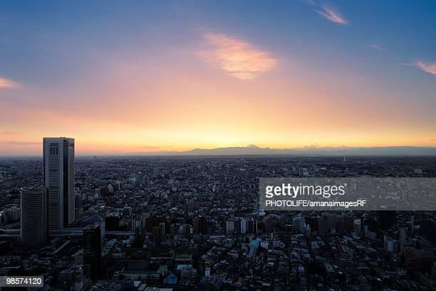 sunset cityscape view. shinjuku-ku, tokyo prefecture, japan - ロマンチックな空 ストックフォトと画像