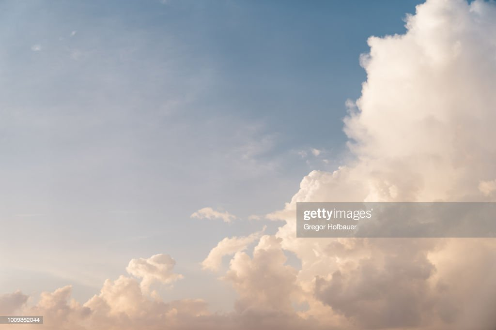Sunset Clouds with Hazy Blue Sky : Stock-Foto