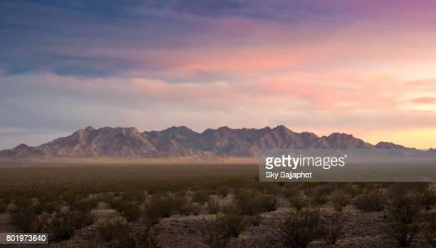 sunset cloudy day red rock canyon panorama view in las vegas - südwesten stock-fotos und bilder