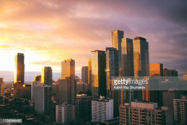 sunset coloured modern city - stadtansicht stock-fotos und bilder