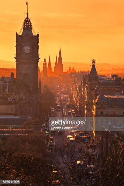 sunset, edinburgh city centre, princes street, scotland uk - プリンシズ通り ストックフォトと画像