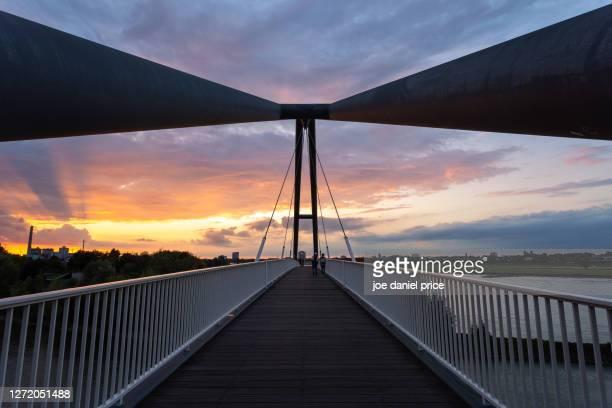 sunset, footbridge, brücke am medienhafen, dusseldorf, germany - messe düsseldorf stock pictures, royalty-free photos & images