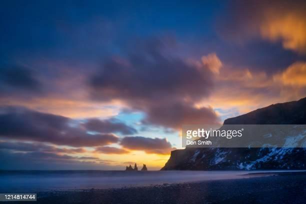 sunset from black sand beach, vik, iceland - don smith stockfoto's en -beelden