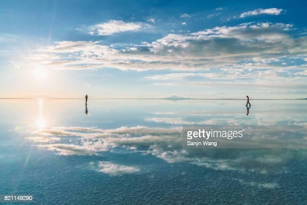 sunset glow reflection at salar de uyuni - ウユニ ストックフォトと画像