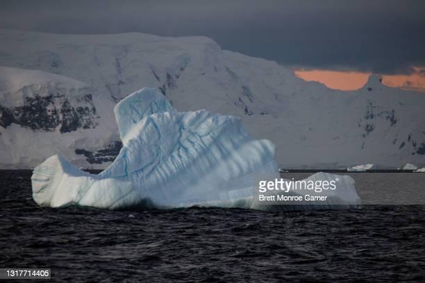 sunset iceberg in antarctica - antarctic sound foto e immagini stock