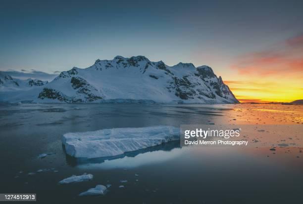 sunset iceberg - antarctic sound stockfoto's en -beelden