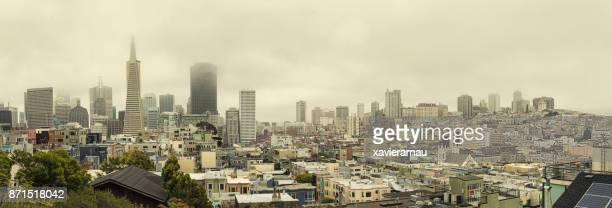 Sonnenuntergang in einem bewölkten Tag in San Francisco Downtown