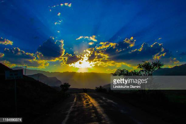 sunset in cathedral peak, ukhahlamba-maluti mountains drakensberg park, south africa - pietermaritzburg stock pictures, royalty-free photos & images