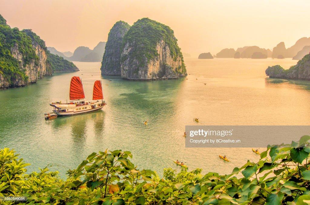 Sunset in Ha Long bay, Quang Ninh, Vietnam (HaLong) : Stock Photo