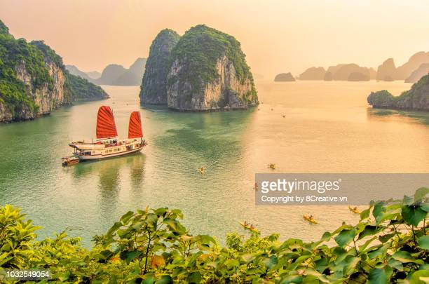 sunset in ha long bay, quang ninh, vietnam (halong) - vietnam stockfoto's en -beelden