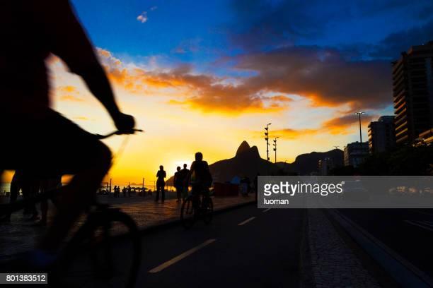 pôr do sol na praia de ipanema - rio de janeiro - fotografias e filmes do acervo