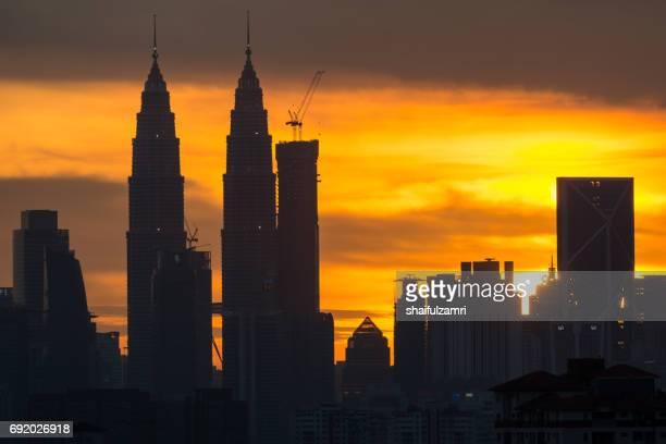 sunset in klcc - shaifulzamri stockfoto's en -beelden