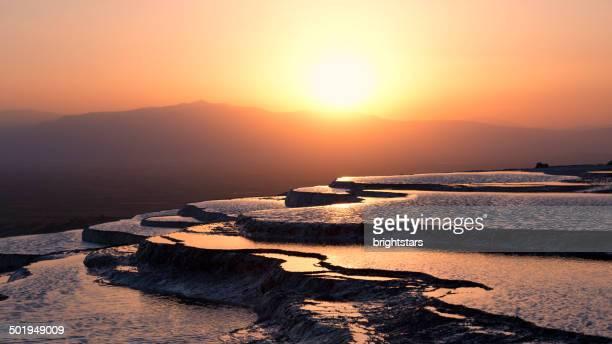 パムッカレの街に沈む夕日 - トラバーチン ストックフォトと画像