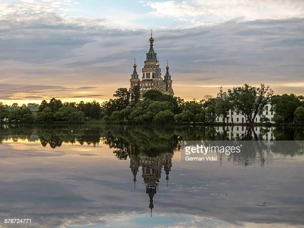 sunset in peterhof, st petersburg (russia) - grand palais de peterhof photos et images de collection