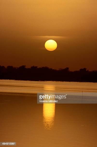 sunset in the lagoon on the outskirts of ouahigouy - vicente méndez fotografías e imágenes de stock